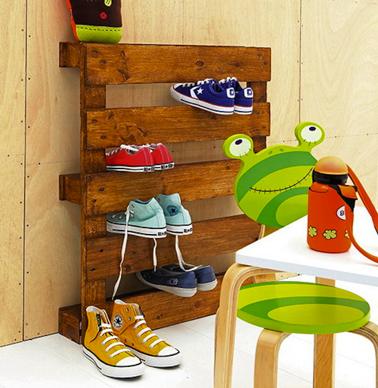 Une palette bois pour ranger les chaussures et baskets dans l'entrée ou la chambre des enfants