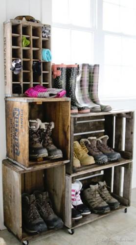 Récuperer des caisses en bois pour ranger les chaussures de la famille dans le couloir, une solution rangement astucieuse et pas chère !