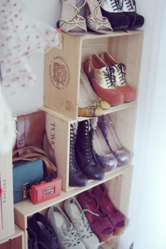 Des caisses à vin dans une chambre de fille pas banal comme déco, mais quand elles sont récupérées pour devenir des casiers de rangement pour les chaussures, c'est carrément utile !