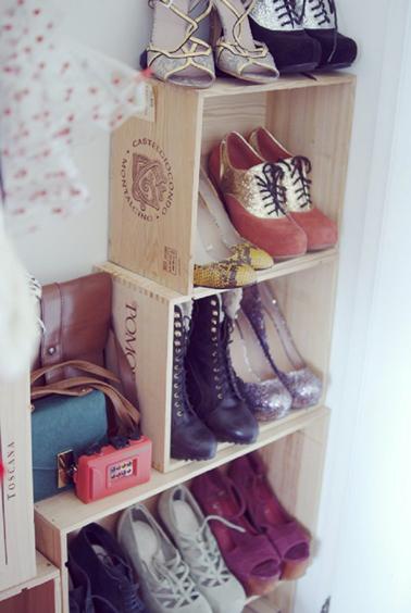 rangement chaussures fait avec caisse a vin pour chambre fille. Black Bedroom Furniture Sets. Home Design Ideas