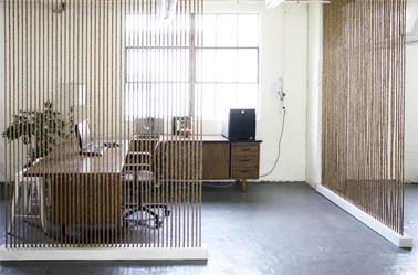 Deux cloisons légères et ajourées créent un espace bureau isolé du séjour