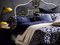 Elle  fait référence au rêve, au voyage dans les grands espaces tranquilles, la couleur bleu dans la chambre inspire calme et douceur