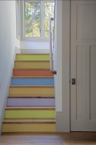 Harmonie de couleurs pastel pour repeindre cet escalier en bois