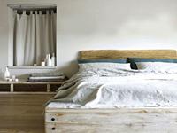 le gris, une couleur chambre pour ambiance zen. Sur les murs, une peinture grise crée une ambiance cocooning propice au repos avec du blanc des teintes naturelles pour les meubles et le linge de lit