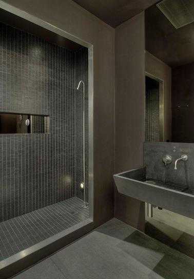 La couleur taupe travaillée en monochromie dans la salle de bain avec la faïence briquette de la douche italienne, le revêtement mural aspect béton lissé ainsi que le lavabo et le sol. Une unité de couleur qui permet de dégager une atmosphère zen et intimiste.