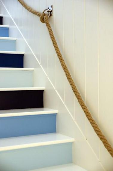 Dégradé de peinture bleu et noir sur les contremarches, Le reste de l'escalier est repeint en blanc super brillant