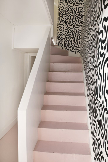 escalier en ciment repeint couleur rose bonbon mur papier peint noir blanc. Black Bedroom Furniture Sets. Home Design Ideas