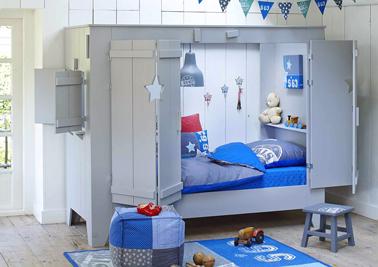 Telle une vraie petite maison, un lit cabane enfant avec sa fenêtre et ses deux grandes portes que l'enfant ferme à loisir pour jouer dans sa chambre. Au dessus du matelas, une table de nuit bien pratique pour placer sa veilleuse et ses peluches à l'intérieur de la cabane