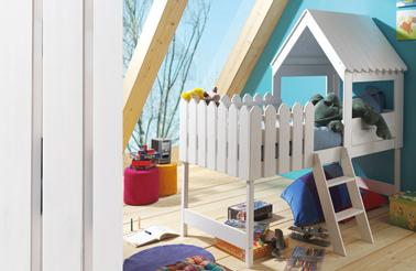 Un lit cabane enfant surélevé avec un accès par une échelle 3 marches. les petites barrières autour du sommier assurent la sécurité de l'enfant