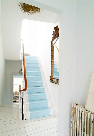 Peindre escaliers bois couleur bleu ciel et blanc sur c t s for Peinture sur escalier bois