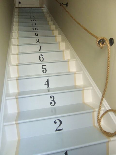 peindre un escalier bois couleur bleu ciel et chiffre pochoir. Black Bedroom Furniture Sets. Home Design Ideas