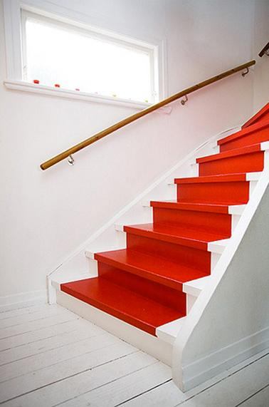Peinture escalier couleur rouge et blanc rampe bois for Quelle couleur pour escalier en bois