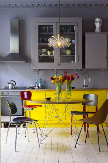 Une peinture gris souris pour repeindre les meubles hauts, un jaune vif pour les meubles bas, une association couleur qui donne du peps à la cuisine
