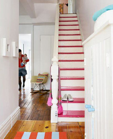 Après avoir repeint les escaliers en blanc chaque marche est peintes en rose fushia pour structurer l'espace