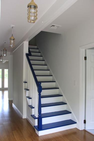 Repeindre escalier en bois couleur bleu sur marche blanche for Quelle peinture pour peindre un escalier en bois
