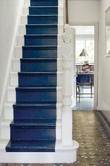 Repeindre escalier en bois rustique couleur bleu marine et blanc ~ Repeindre Escalier En Bois