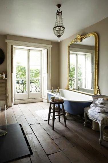 salle de bain retro baignoire sur pieds bleu et grand miroir ancien. Black Bedroom Furniture Sets. Home Design Ideas
