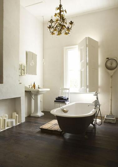 salle de bain retro baignoire sur pieds en ilot et parquet bois. Black Bedroom Furniture Sets. Home Design Ideas