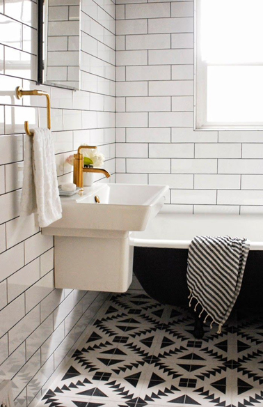 Black and white patterned floor tiles wood floors - Salle de bain vintage ...