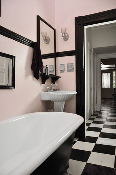 salle de bain retro en rose et noir. Black Bedroom Furniture Sets. Home Design Ideas
