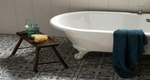 Aménager une salle de bain rétro, idée baignoire sur pieds, revêtement de sol et robinetterie en laiton style rétro