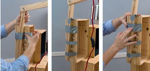 Pour terminer la table de chevet assurer le maintien le la lampe sur les caisses à vin avec du Power Tape le temps du séchage complet de la colle