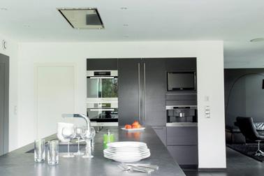 Dans cette cuisine, murs et plafond sont repeints avec Captéo pour dépolluer l'air de la pièce de façon immédiate et permanente. Peinture Tollens