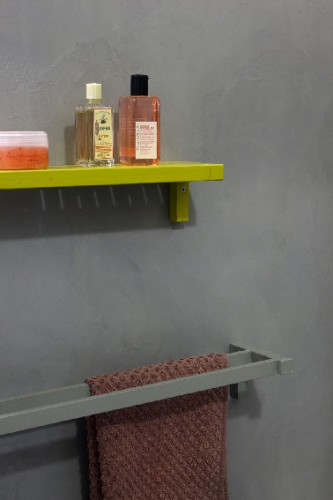 Masqu'carrelage, une peinture pour carrelage qui fait disparaître les joints des vieux carreaux. Dans cette salle de bain, la vieille faïence est recouverte avec la peinture pour carrelage de Maison Déco couleur gris anthracite