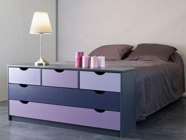 peinture violet sur une commode en bois dans chambre taupe. Black Bedroom Furniture Sets. Home Design Ideas