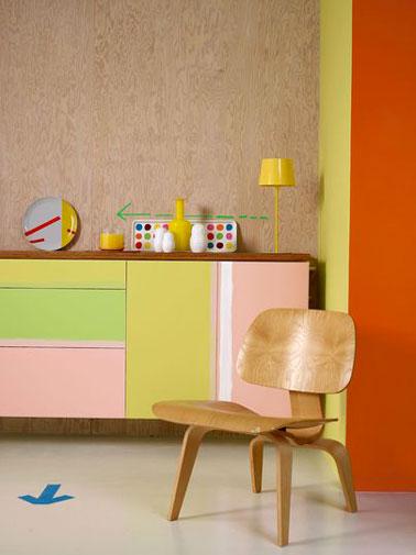 Un buffet sans âme repeint avec de jolies couleurs orange, vert et rose de la gamme Crème de couleur de Dulux Valentine