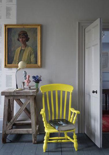 Le vieux fauteuil repeint en jaune  ça donne du pep's à la déco d'un salon gris ! Peinture Farrow & Ball
