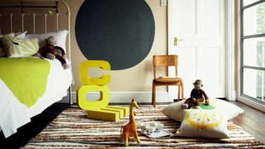Une astuce déco à retenir pour apporter de la couleur dans une chambre enfant sans la surcharger: Introduire 3 couleurs au maximum sachant que gris, noir et blanc peuvent être mis en complément. Une règle pour la peinture et les éléments déco.