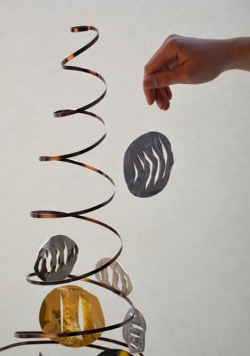 Fixer les boules de papier sur le sapin avec du fil de nylon transparent