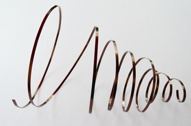 Déroulez délicatement le ruban de métal plat pour former la spirale du sapin