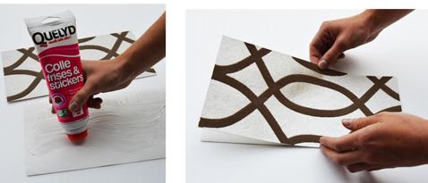 Pour faire votre sapin de Noël, commencez par découper 2 morceaux de papier peint et encollez par l'envers
