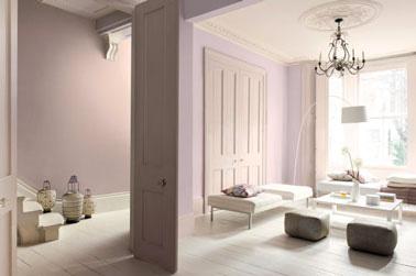 Délicate ambiance dans le salon autour d'une déco rose et ivoire. Aux murs, une peinture rose poudrée Réf: Subtle <plum et Ivoirine Astral. Canapés et sol coordonnés en blanc cassé