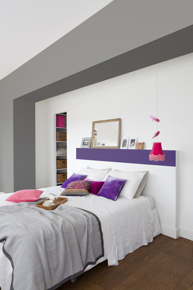 peindre une t te de lit en violet dans une chambre blanche. Black Bedroom Furniture Sets. Home Design Ideas