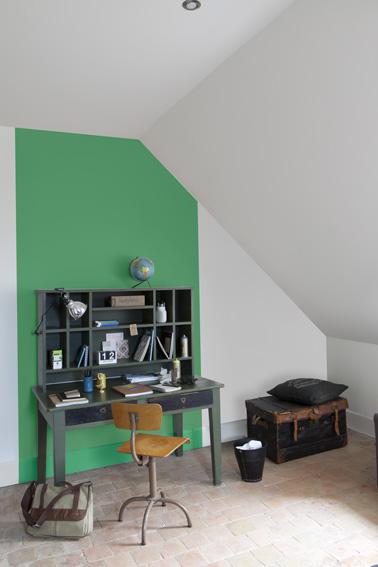 Peinture verte et grise pour repeindre meuble bureau et mur - Peindre un pan de mur en couleur ...