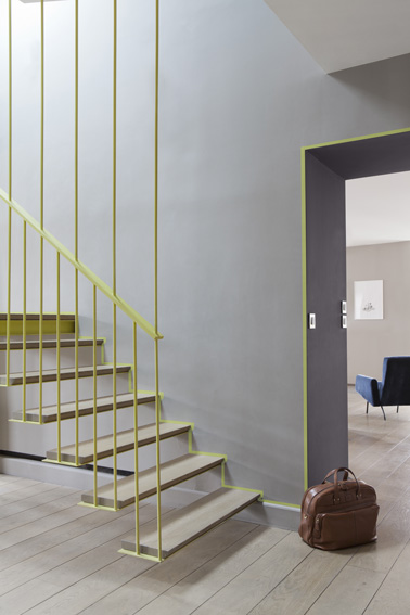 peinture dans escalier couleur gris sur murs rampe jaune. Black Bedroom Furniture Sets. Home Design Ideas