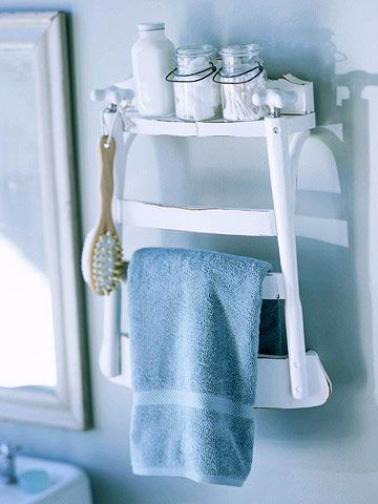 Porte serviettes salle de bain fabriqu avec une chaise coup e - Porte serviette pour porte de salle de bain ...