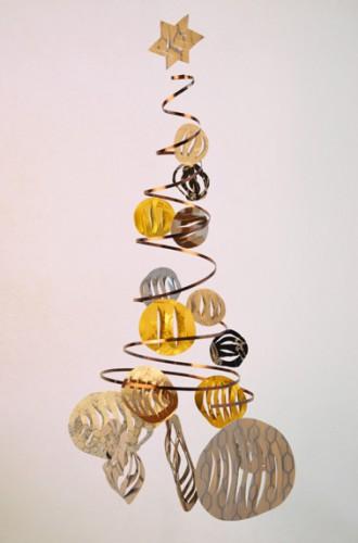 La fabrication de votre sapin de Noël est terminée. Il ne reste plus qu'à le suspendre dans le salon ou au dessus de la table de salle à manger