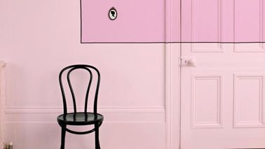 le couloir se couvre d 39 une peinture rose poudr et fushia clair. Black Bedroom Furniture Sets. Home Design Ideas