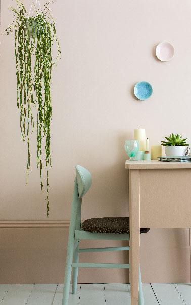 Une couleur beige rosé pour les murs du salon à associer à une teinte légèrement plus intense sur des boiseries pour revisiter le salon avec une couleur qui apporte une sensation de luminosité autour d'un doux rose pastel en émulsion mate de Farrow & Ball