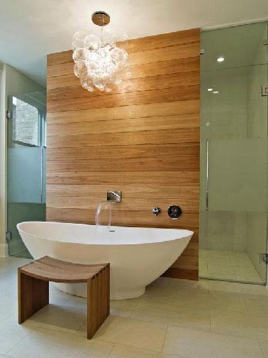 Une salle de bain ultra moderne qui privilégie la douceur des matériaux et des couleurs. Du Bois clair, des murs et parois de douche dans un vert tendre, pour un rendez-vous avec le bien-être à ne pas manquer !