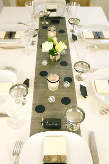 Decoration de table de no l theme so chic en noir et argent for Deco chemin de table