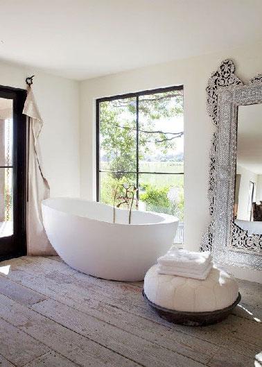 Dans une salle de bain de 15 m2 baignée de lumière avec un accès direct au jardin, inutile de l'encombrer de meubles et accessoires, place à la zen attitude et à l'essentiel pour une détente totale à l'heure du bain.