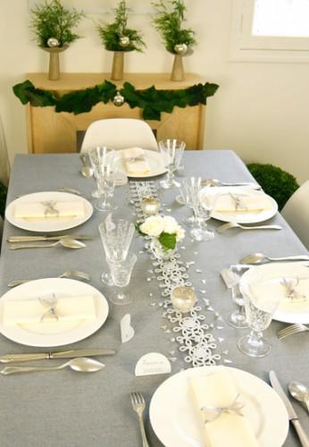 L'élégance du gris et de la dentelle blanche pour une décoration de table de Noël qui convient à tous les styles de vaisselle. La box comprend tout le décor nécessaire pour dresser une table de fête