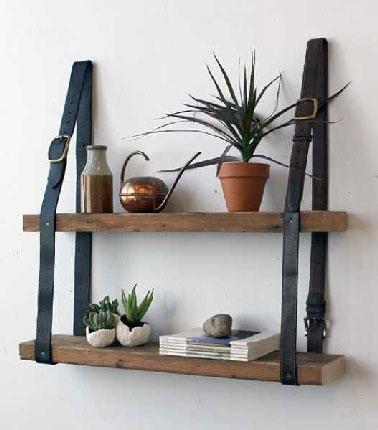 Pour fabriquer ces étagères bois, récupérez deux bandoulières de  sacs cuir, deux planches de bois et fixez les deux éléments à l'aide de visses à bois