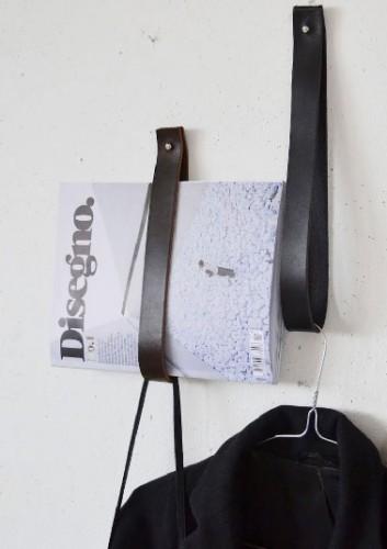un porte-revue facile et pas cher à fabriquer avec de simples lanières cuir ou des ceintures pliées en deux et fixées au mur