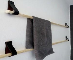 Fabriquer un porte-serviette en bois et cuir à partir de lanières de cuir récupérer sur de vieux sacs